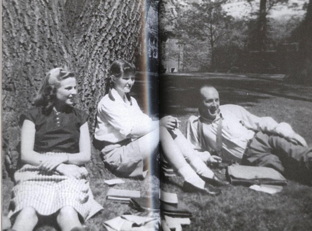 Nabokov con unas estudiantes de ruso en el College Wellesley, 1944 II